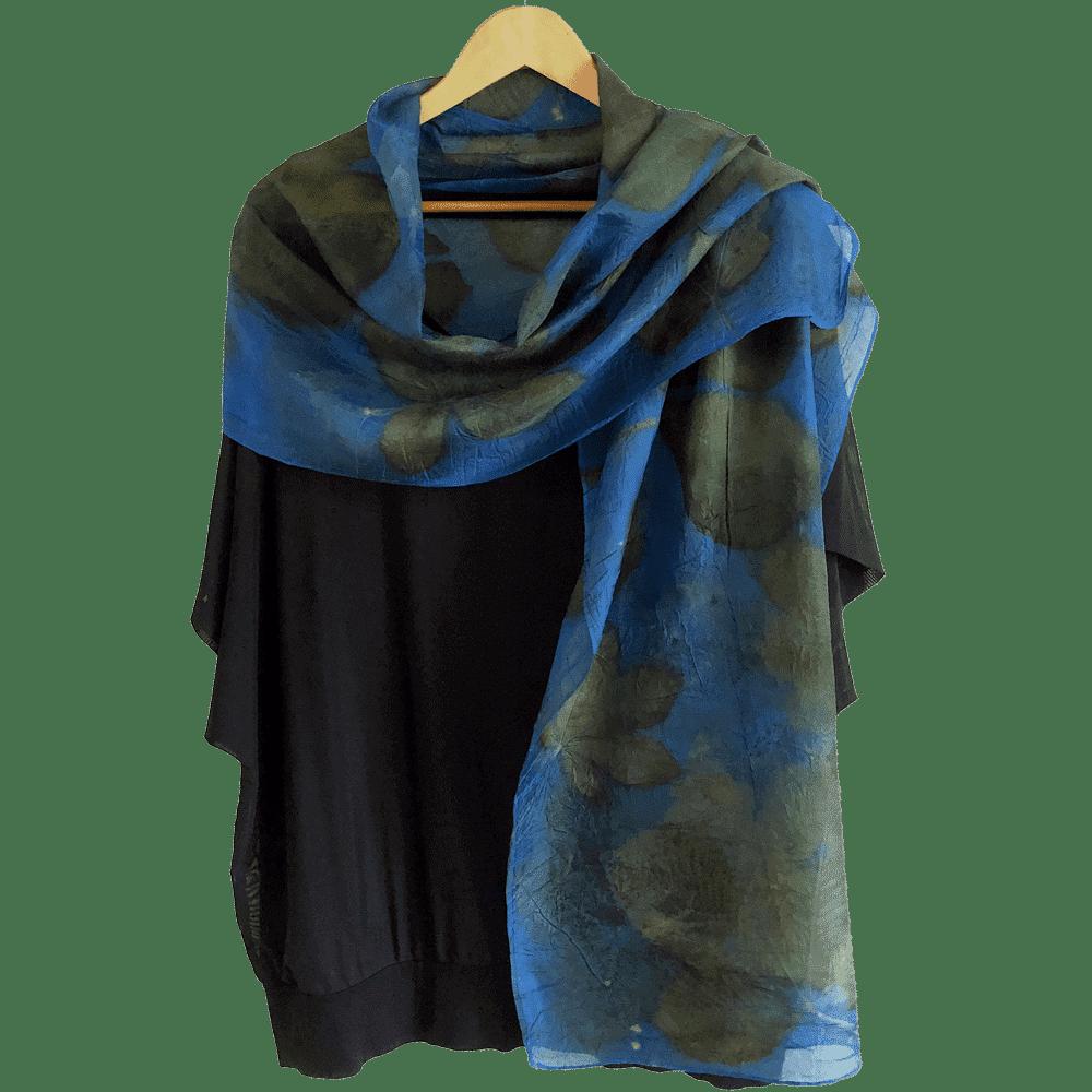 Blauwe pongézijde sjaal met ecoprint van o.a. Kastanje en Braam